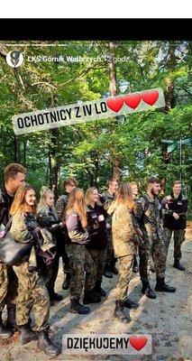 Podziękowanie LKS Górnik za pomoc w organizacji, zdjęcie uczniów klas wojskowych