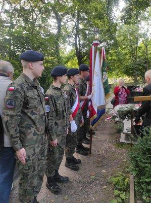 Uczniowie 4LO nad grobem Eugeniusza Grabowskiego pochowanego w naszym mieście na Cmentarzu Komunalnym przy ul. Przemysłowej